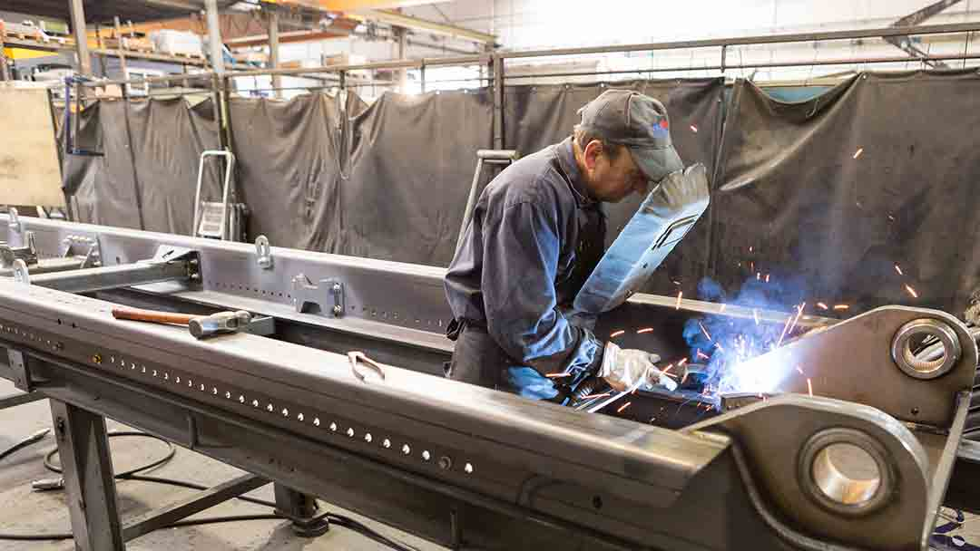 Operario de Cayvol soldando una estructura metálica